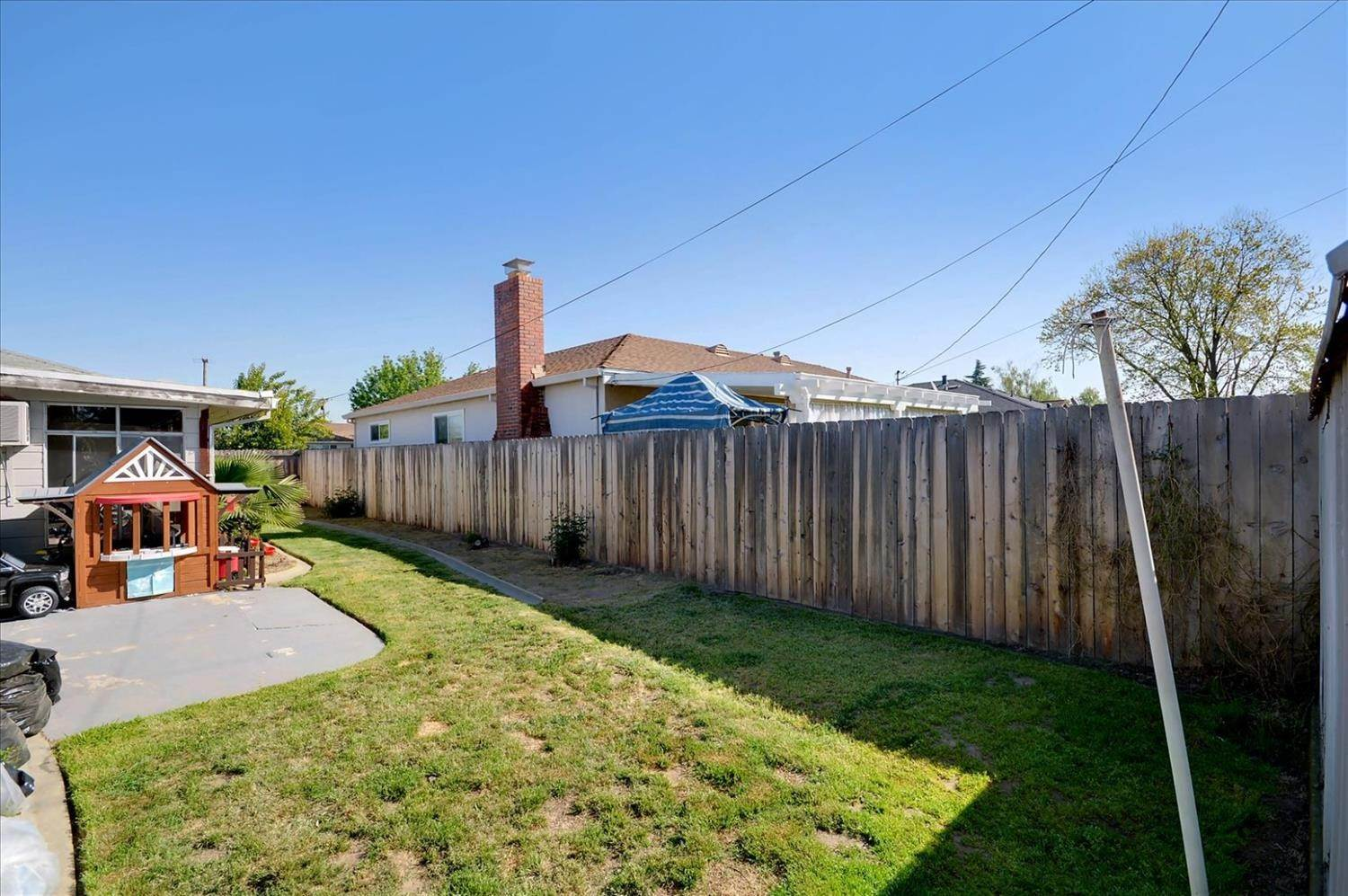 27. Single Family Homes for Active at 900 S Crescent Avenue Lodi, California 95240 United States