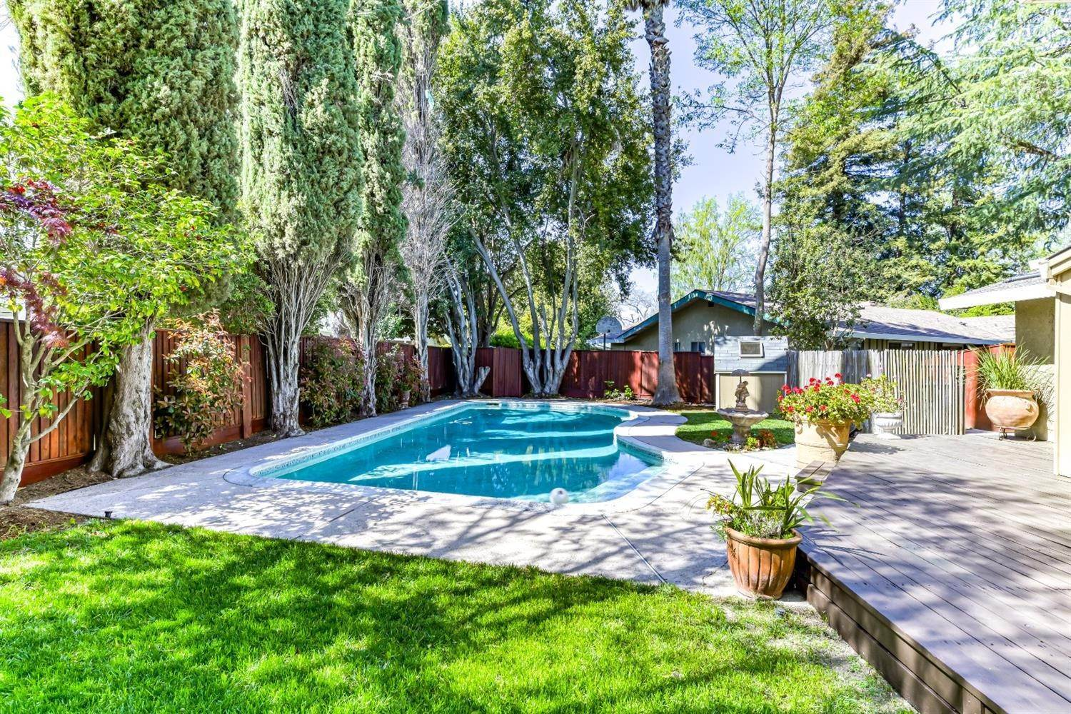 37. Single Family Homes for Active at 22 Spray Court Sacramento, California 95831 United States