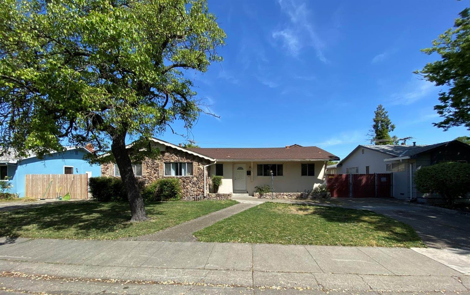 Single Family Homes por un Venta en 1921 Florin Road Sacramento, California 95822 Estados Unidos