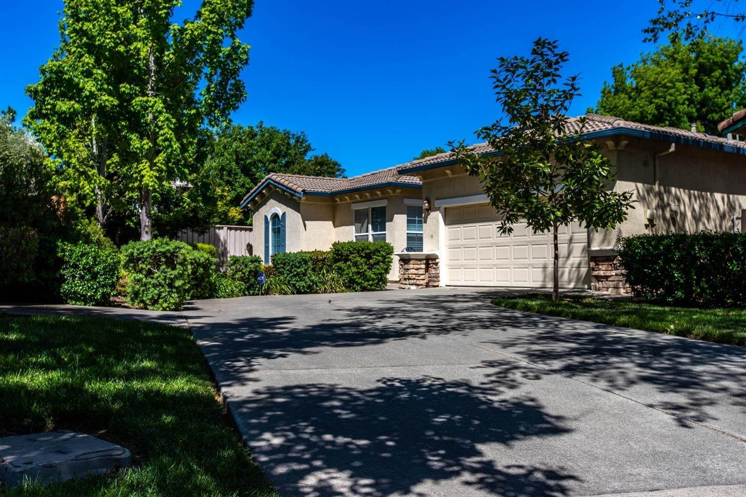 Single Family Homes for Active at 3446 Swallows Nest Lane Sacramento, California 95833 United States