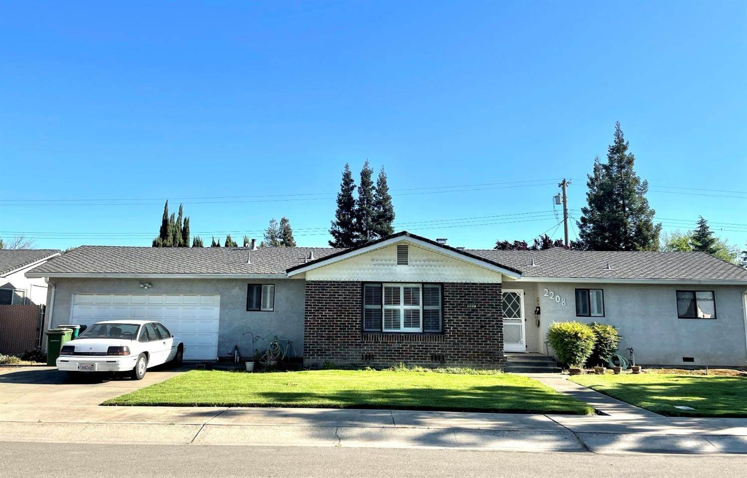4. Single Family Homes for Active at 2208 JACKSON Street Lodi, California 95242 United States
