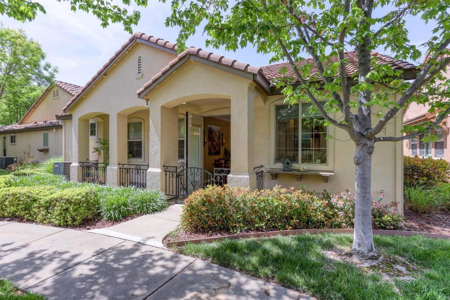 25. Single Family Homes for Active at 1025 Venice Lane Roseville, California 95747 United States