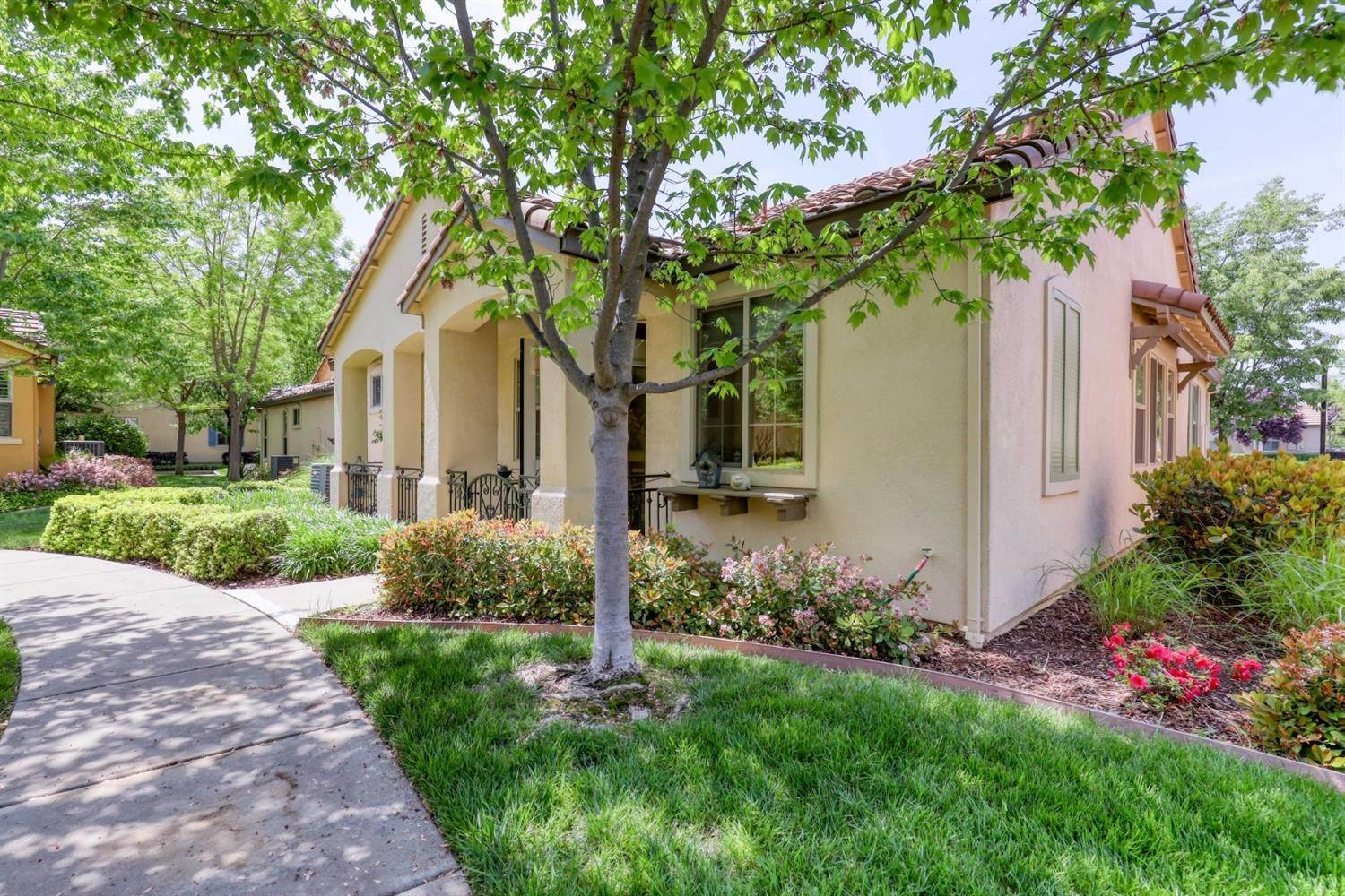 24. Single Family Homes for Active at 1025 Venice Lane Roseville, California 95747 United States