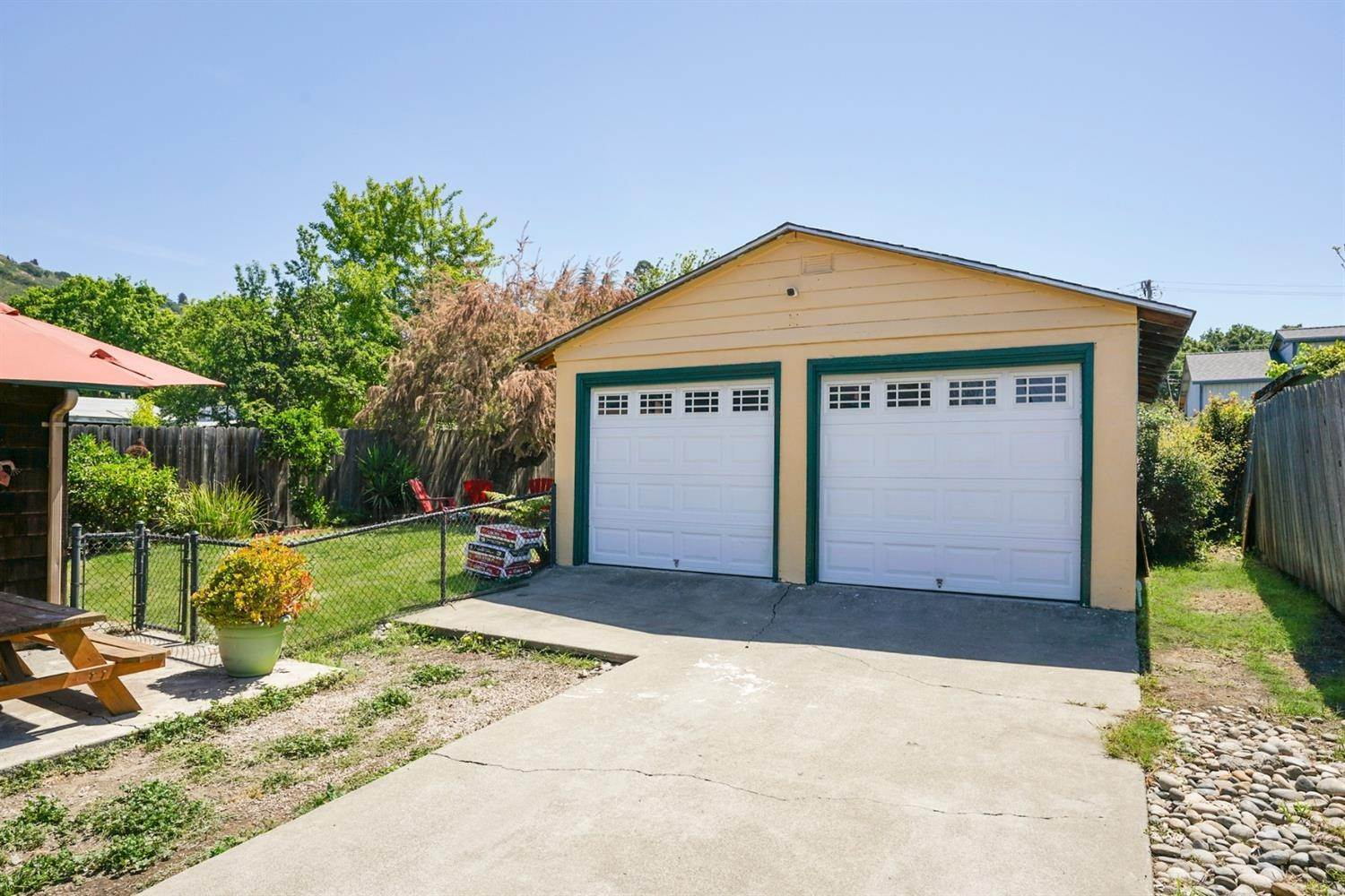 19. Single Family Homes for Active at 3980 Edgemoor Place Oakland, California 94605 United States