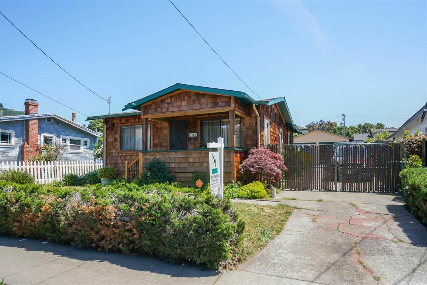 4. Single Family Homes for Active at 3980 Edgemoor Place Oakland, California 94605 United States