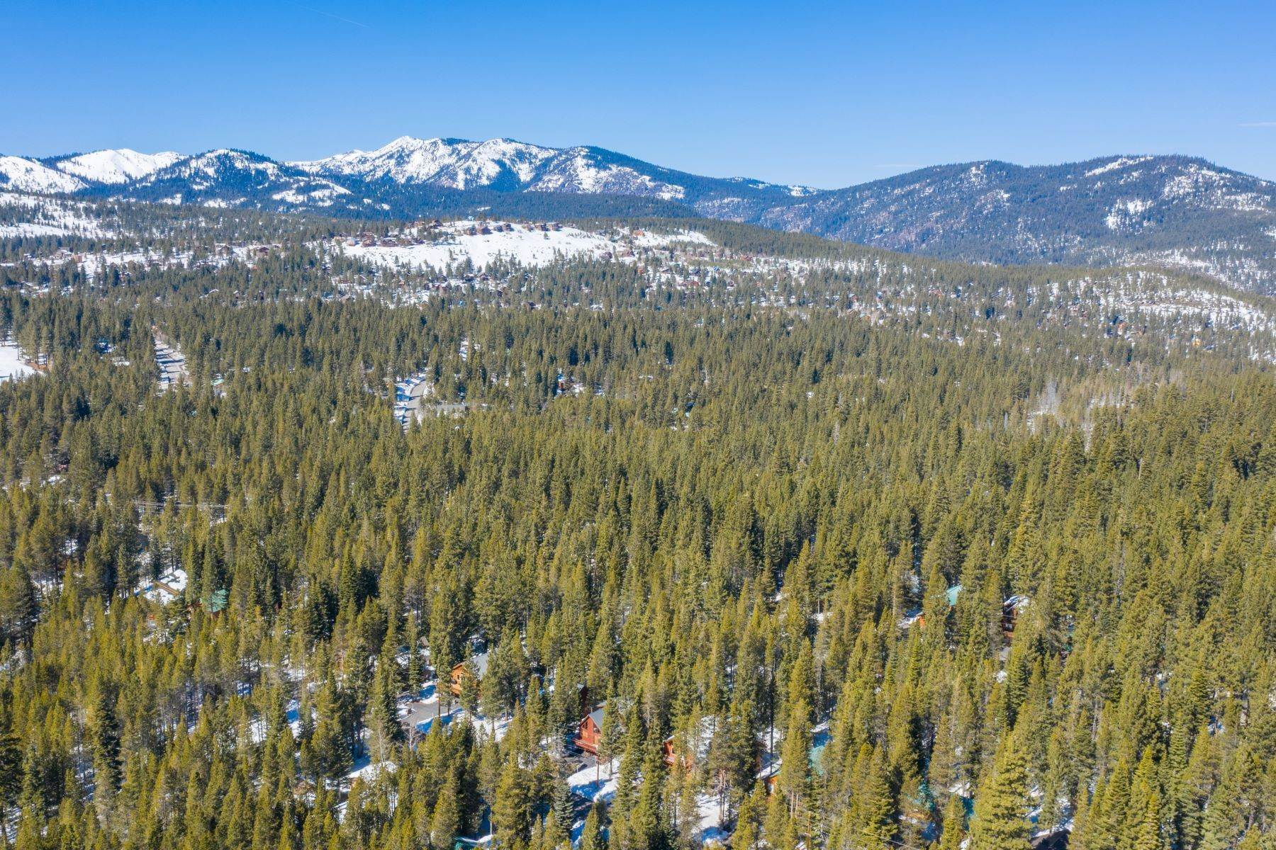 45. Single Family Homes for Active at Breathtaking Mountain Home in Ideal Location 11494 Oslo Dr Truckee, California 96161 United States