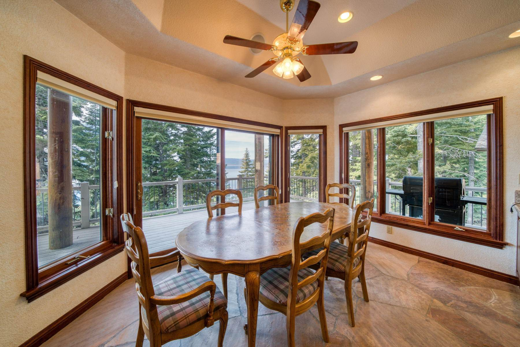 21. Single Family Homes for Active at Beautiful Lakefront Home 925 Lassen View Drive Lake Almanor, California 96137 United States