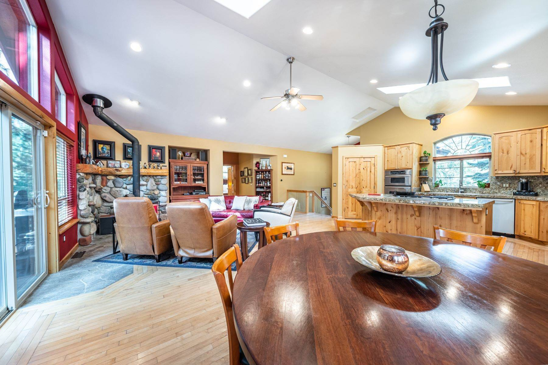 14. Single Family Homes for Active at Beautiful Secluded Mountain Home 1346 Bonanza Avenue South Lake Tahoe, California 96150 United States