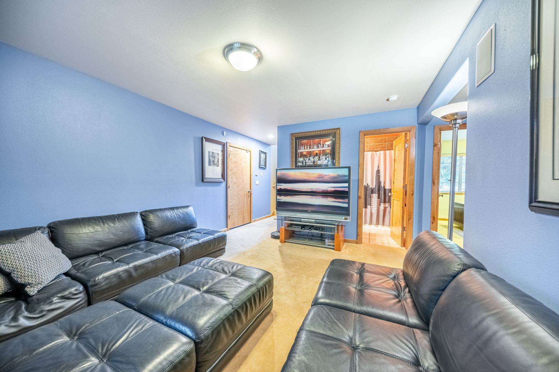 19. Single Family Homes for Active at Beautiful Secluded Mountain Home 1346 Bonanza Avenue South Lake Tahoe, California 96150 United States