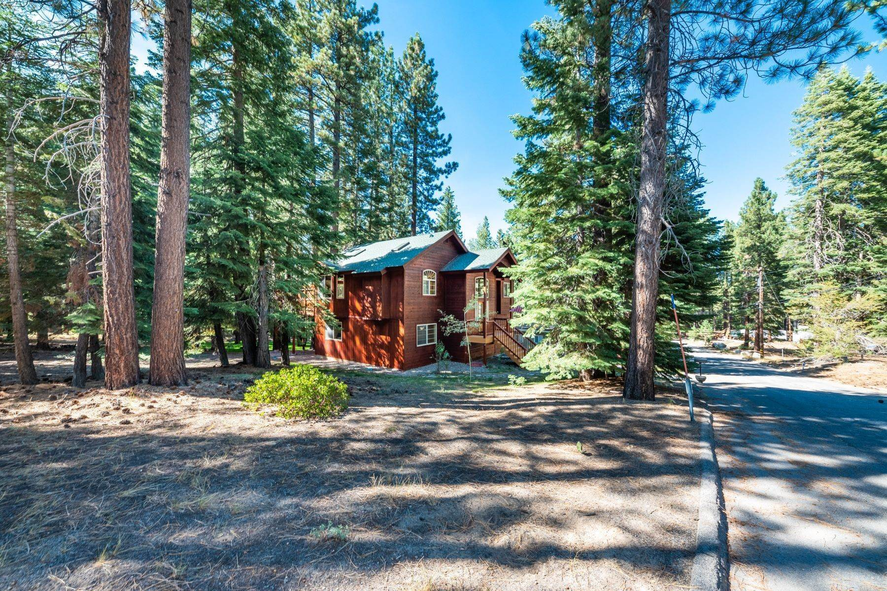 30. Single Family Homes for Active at Beautiful Secluded Mountain Home 1346 Bonanza Avenue South Lake Tahoe, California 96150 United States