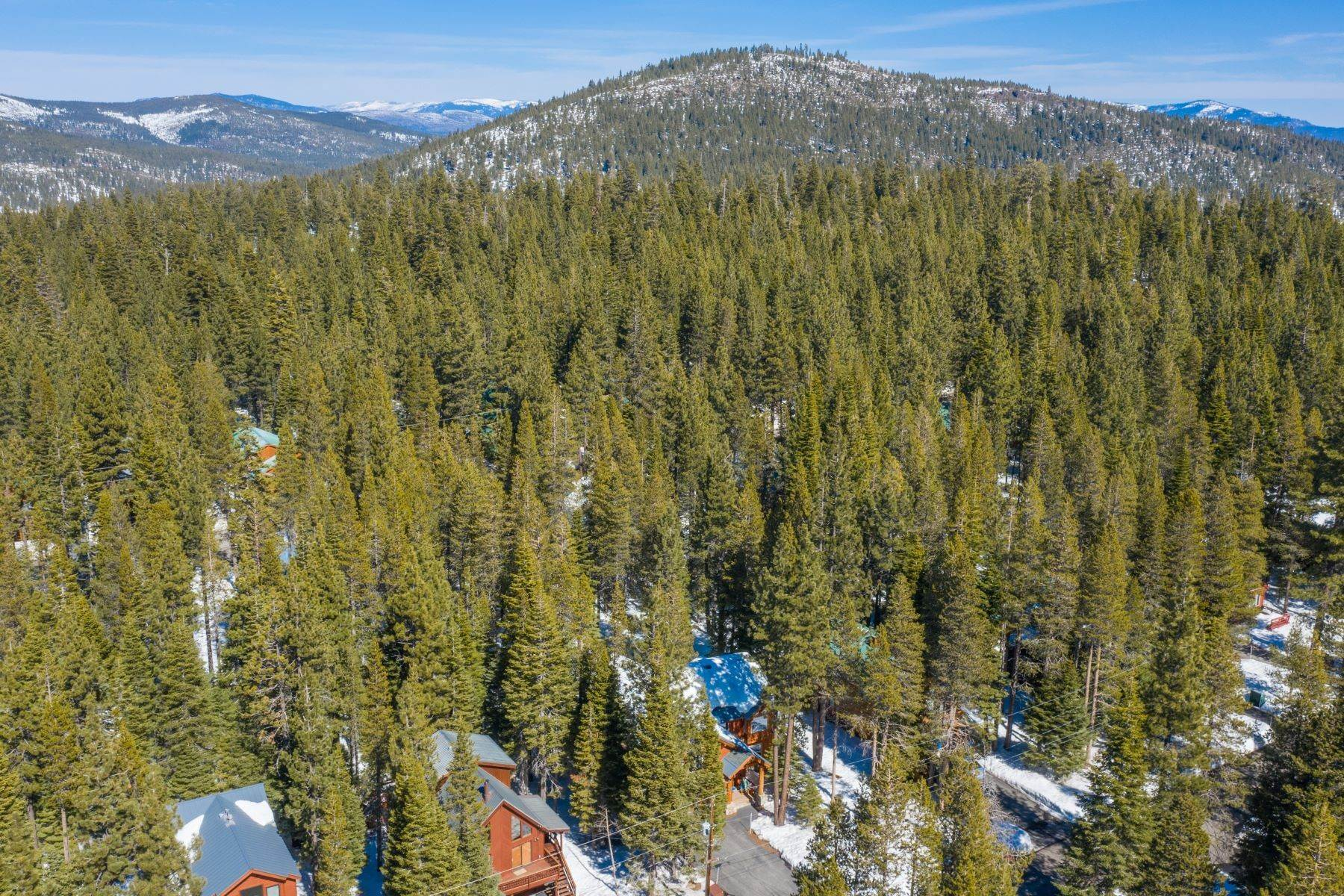 43. Single Family Homes for Active at Breathtaking Mountain Home in Ideal Location 11494 Oslo Dr Truckee, California 96161 United States