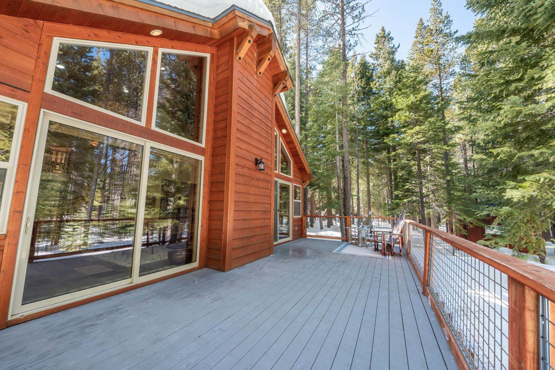 40. Single Family Homes for Active at Breathtaking Mountain Home in Ideal Location 11494 Oslo Dr Truckee, California 96161 United States