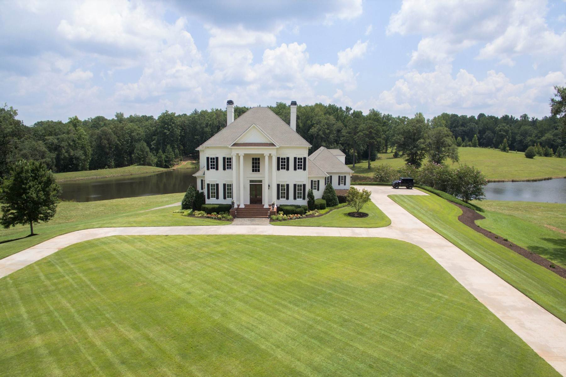 Single Family Homes for Active at Enjoy Luxury Living In A Private, Relaxing, Rural Setting 833 Hines Road Moreland, Georgia 30259 United States