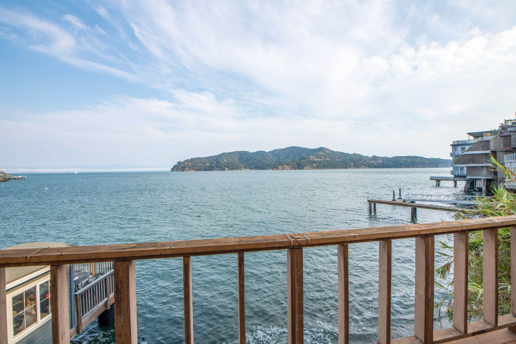 Duplex Homes 为 销售 在 Waterfront/Beachfront Tiburon Duplex for Development 2088 Paradise Drive 蒂伯龙, 加利福尼亚州 94920 美国