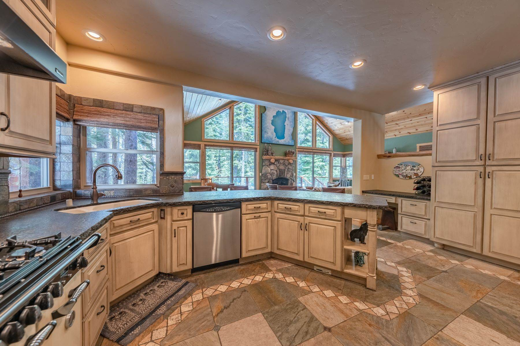 14. Single Family Homes for Active at Breathtaking Mountain Home in Ideal Location 11494 Oslo Dr Truckee, California 96161 United States