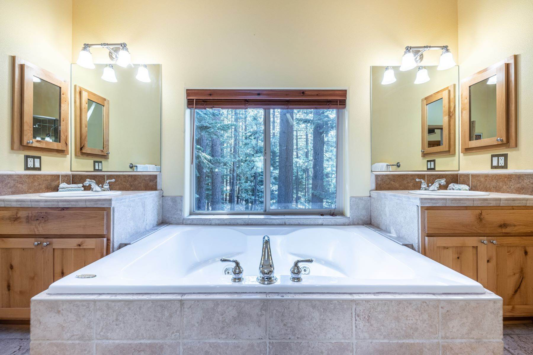 16. Single Family Homes for Active at Beautiful Secluded Mountain Home 1346 Bonanza Avenue South Lake Tahoe, California 96150 United States