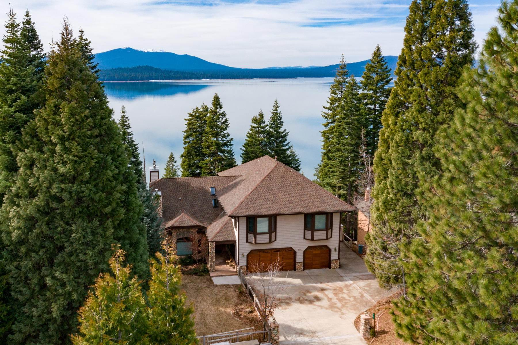 4. Single Family Homes for Active at Beautiful Lakefront Home 925 Lassen View Drive Lake Almanor, California 96137 United States