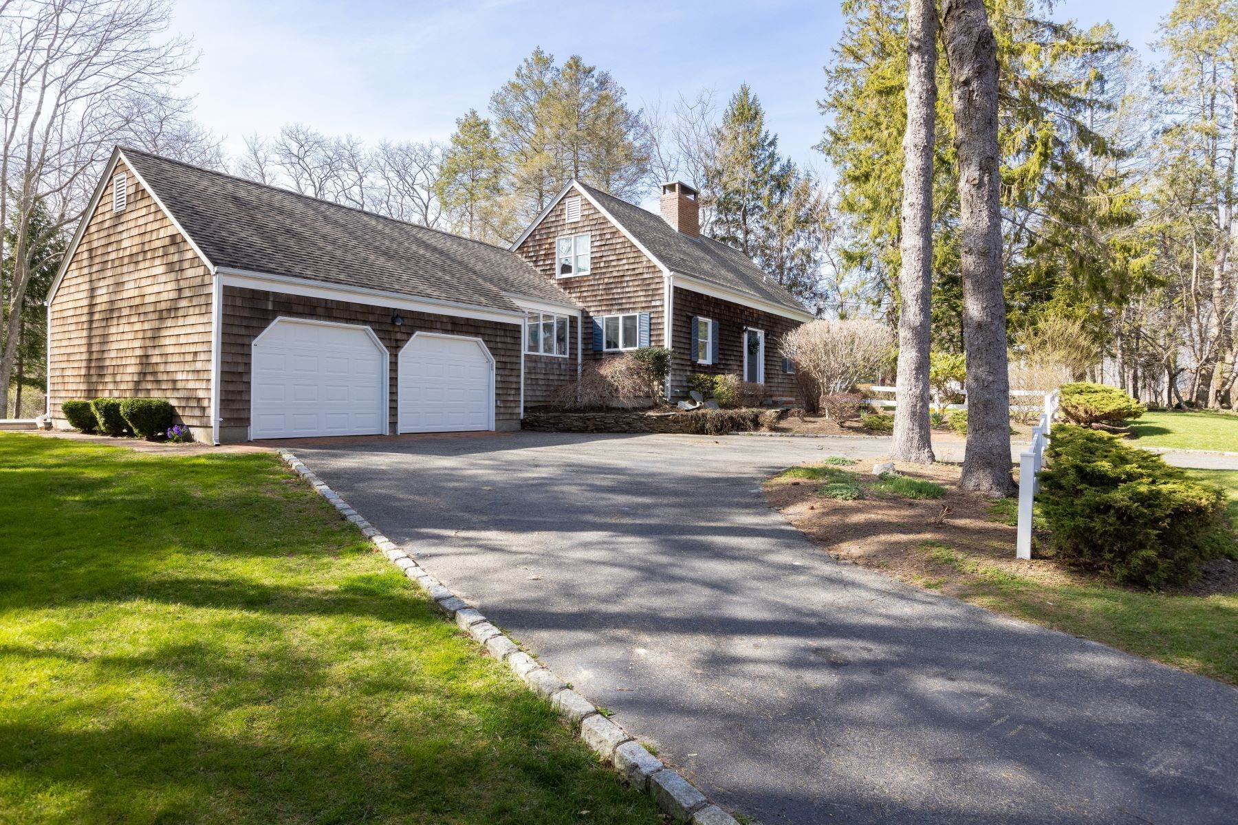 Single Family Homes for Active at 380 Tuthill Road, Southold, Ny, 11971 380 Tuthill Road Southold, New York 11971 United States