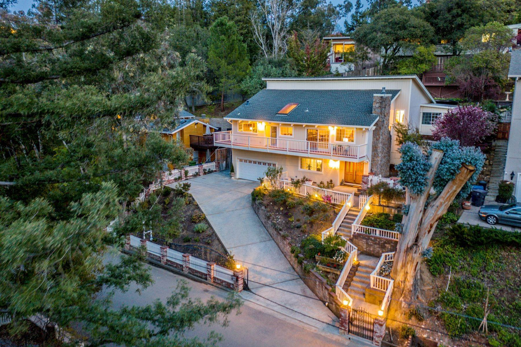 Single Family Homes 为 销售 在 Views, Close To Downtown Los Gatos, This Home Has It All! 231 Jones Road 洛斯盖多斯, 加利福尼亚州 95030 美国