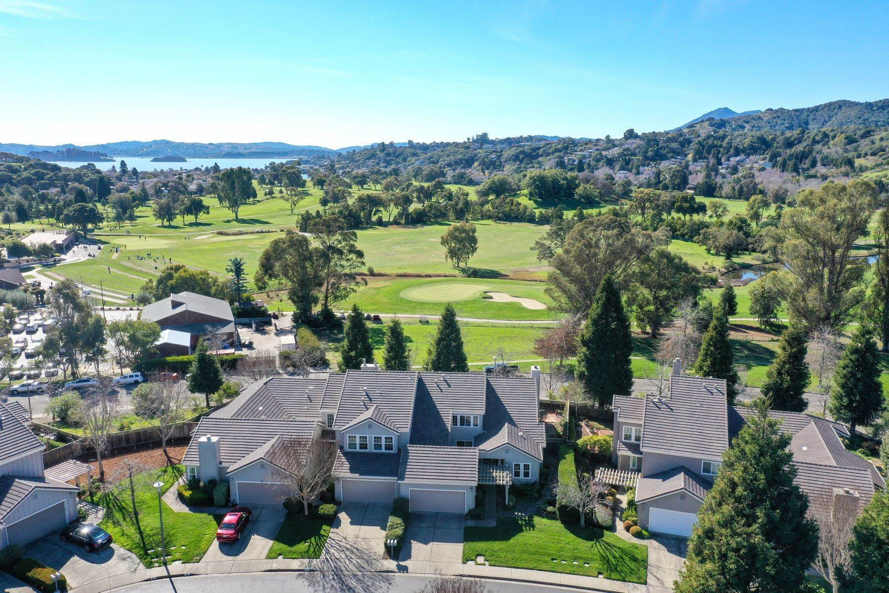 Condominiums por un Venta en Peacock Point: Simply Elegant with Delightful Golf Course Views 14 Partridge Court San Rafael, California 94901 Estados Unidos