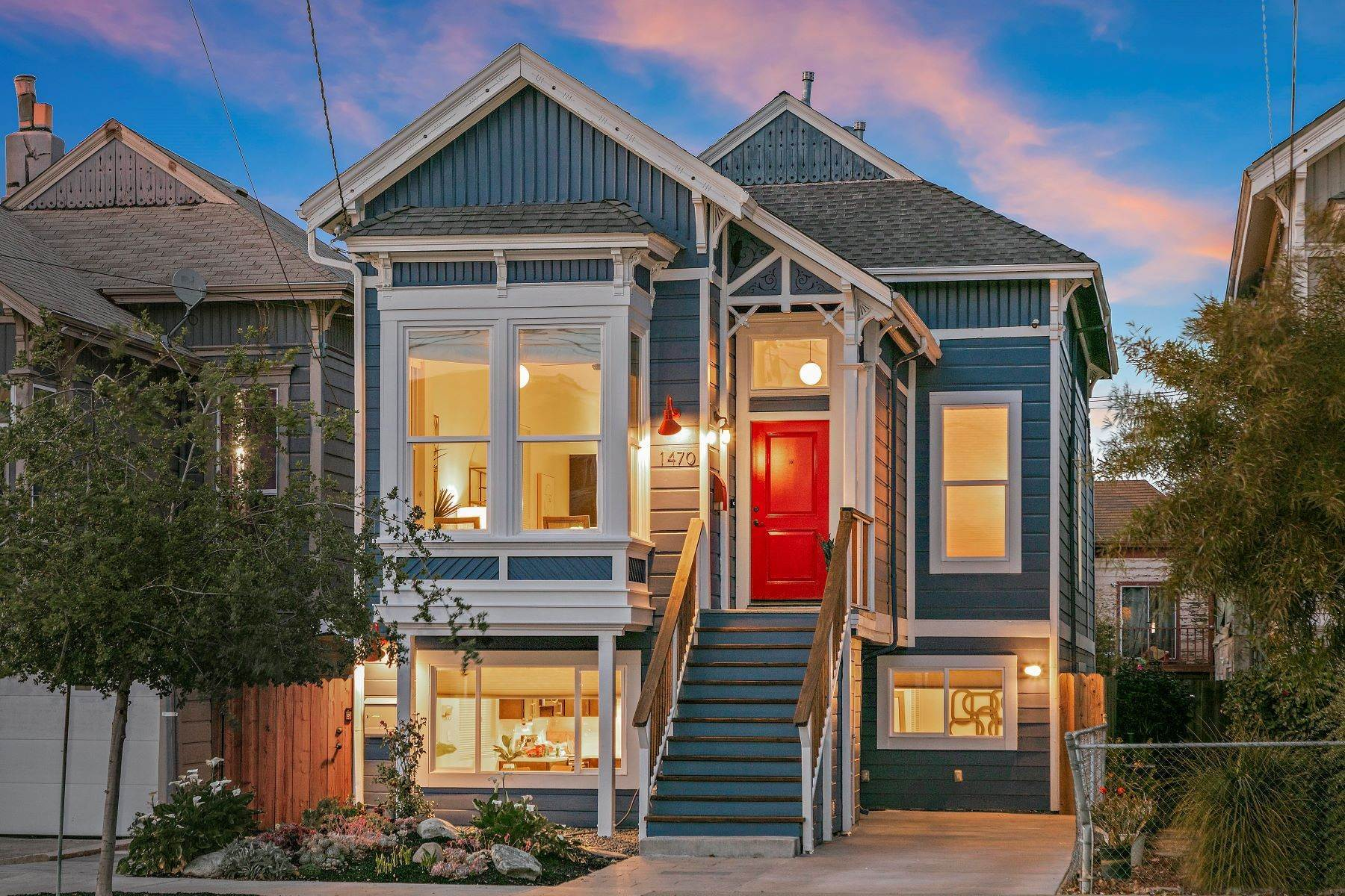 Duplex Homes 为 销售 在 'The Blue House' - Eastlake Style Victorian 1470 12th Street 奥克兰, 加利福尼亚州 94607 美国