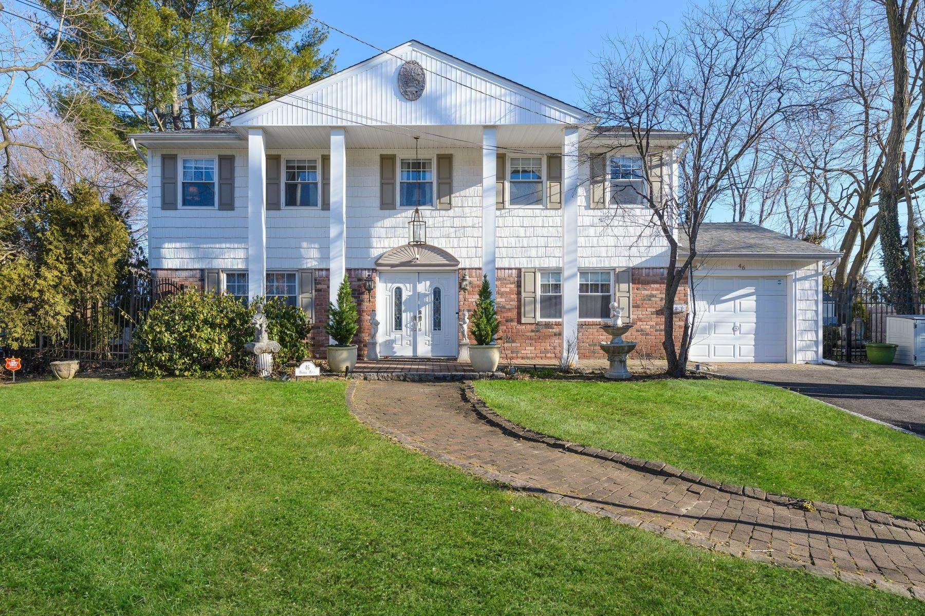 Single Family Homes for Active at 46 Porter Place, Glen Cove, Ny, 11542 46 Porter Place Glen Cove, New York 11542 United States